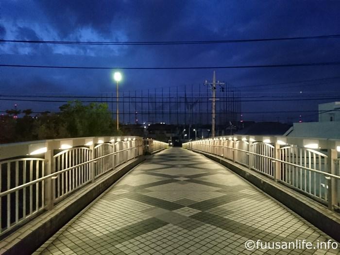 夜の歩道橋上の写真