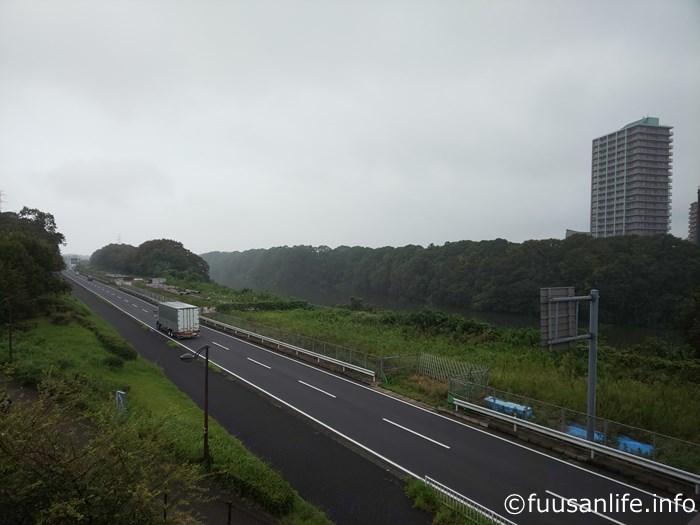 曇天の調整池と道路の写真