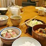 食卓に並ぶ料理の写真