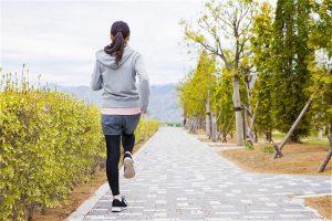 ウォーキングをする女性の後ろ姿の写真
